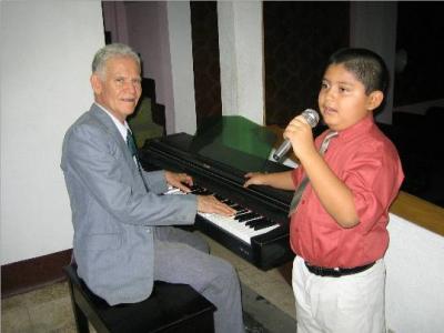 Sergio José Espino canta y Édgar Madrid toca.